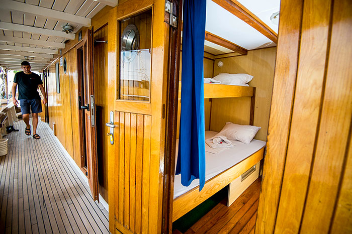 An above-deck cabin (flexible cabin that can be double, twin or triple)