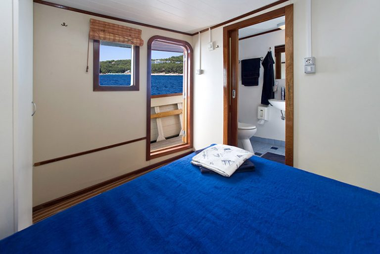 Above-deck double cabin with direct view to the sea.